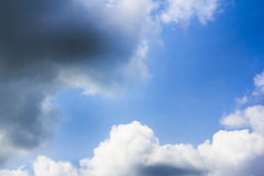 Il cielo sta riempiendo con nuvoloso gigante Fotografia Stock