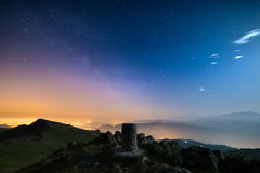 Il cielo stellato meraviglioso sopra Torino Torino, Italia dalla catena montuosa maestosa delle alpi italiane, con le luci d'ardo Fotografie Stock