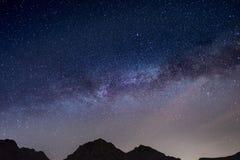 Il cielo stellato meraviglioso su tempo di Natale e sulla gamma di alta montagna maestosa delle alpi italiane Fotografia Stock Libera da Diritti