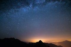 Il cielo stellato meraviglioso su tempo di Natale e sulla gamma di alta montagna maestosa delle alpi italiane, con i villaggi d'a Fotografia Stock