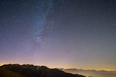 Il cielo stellato meraviglioso su tempo di Natale e sulla gamma di alta montagna maestosa delle alpi francesi italiane, con i vil Fotografie Stock Libere da Diritti