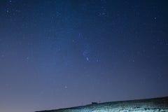 Il cielo stellato meraviglioso su tempo di Natale e sulla gamma di alta montagna maestosa delle alpi francesi italiane, con i vil Immagini Stock Libere da Diritti