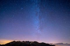 Il cielo stellato meraviglioso su tempo di Natale e sulla gamma di alta montagna maestosa delle alpi francesi italiane, con i vil Fotografia Stock Libera da Diritti