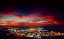 Il cielo stellato sopra le montagne rocciose Th fantastico della città di illuminazione immagini stock libere da diritti