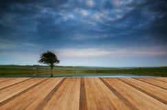 Il cielo tempestoso drammatico ha riflesso nel paesaggio della campagna dello stagno artificiale Fotografia Stock