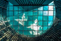 Il cielo tramite il tetto di vetro