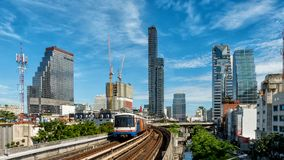 Il cielo trian con costruzione nella città di affari di Bangkok Tailandia Fotografia Stock