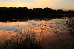 Il cielo variopinto riflette fuori dal lago Wirth al tramonto a Minneapolis fotografia stock libera da diritti