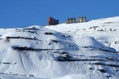 Hotel sul fianco di una montagna nevoso Immagini Stock Libere da Diritti