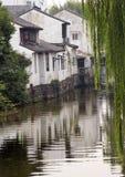 Il cinese antico alloggia il canale Suzhou di riflessione Immagine Stock Libera da Diritti