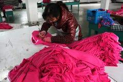 Il cinese copre la fabbrica con le cucitrici Immagini Stock