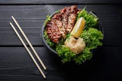 Il cinese fritto chiken su insalata con il limone e lo zenzero fotografia stock
