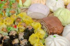 Il cinese ha cotto a vapore la vendita dello gnocco nel mercato dell'alimento fresco Fotografia Stock Libera da Diritti
