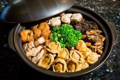 Il cinese ha disegnato il piatto misto dell'aliotide Inoltre conosciuto come Poon Choy in cinese immagine stock