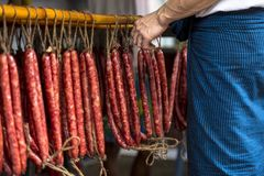 Il cinese ha incerato le salsiccie appese per asciugarsi in un negozio tradizionale in Rangoon Myanmar Birmania fotografia stock