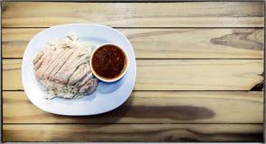 Il cinese Hainan ha disegnato il pollo sopra riso su un fondo di legno immagine stock