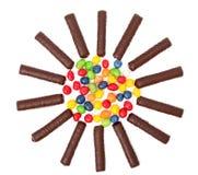 Il cioccolato attacca con una crema e l'isolante multi-coloured dei dolci Fotografie Stock