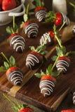 Il cioccolato casalingo ha immerso le fragole Immagine Stock