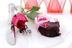 Il cioccolato di figura del cuore con è aumentato Fotografia Stock Libera da Diritti