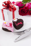Il cioccolato di figura del cuore con è aumentato Immagini Stock Libere da Diritti