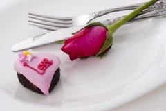 Il cioccolato di figura del cuore con è aumentato Fotografie Stock Libere da Diritti