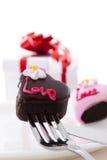 Il cioccolato di figura del cuore con è aumentato Immagine Stock Libera da Diritti