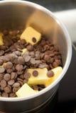 Il cioccolato ed il burro preparano per fondersi Immagini Stock Libere da Diritti
