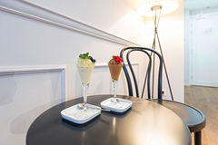 Il cioccolato ed il gelato alla vaniglia sono servito su una tavola nella camera di albergo Fotografia Stock