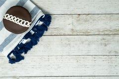 Il cioccolato ha turbinato bigné decorato con il tovagliolo blu fotografia stock libera da diritti