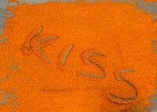 Il cioccolato in polvere spruzzato, bacio di parola scritta, interamente ha sparso sopra Fotografia Stock Libera da Diritti