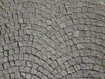 Il ciottolo lapida la via che pavimenta il fondo arrotondato immagine stock
