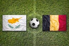 Il Cipro contro Bandiere del Belgio sul campo di calcio Fotografia Stock Libera da Diritti