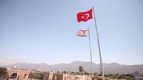 Il Cipro del Nord, la bandiera della Repubblica del Cipro del Nord contro il cielo blu ed il mare video d archivio
