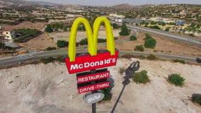 Il CIPRO - giugno 2016 - segno di McDonalds vicino alla strada principale fotografia stock