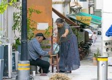 IL CIPRO, NICOSIA - 10 GIUGNO 2019: Coppie greche anziane degli artigiani marito e moglie che fanno le sedie di vimini su una via fotografia stock