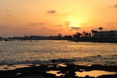 Il Cipro, Pafo, onde, mare di notte Fotografie Stock Libere da Diritti