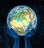 Il Cipro su pianeta Terra in mani Fotografie Stock Libere da Diritti