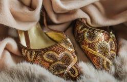 Il classico ha decorato con precisione le scarpe di dito del piede del partito della donna dell'oro Fotografia Stock Libera da Diritti
