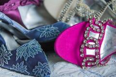 Il classico ha decorato con precisione le scarpe di dito del piede del partito della donna ed i sandali Fotografia Stock
