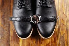 Il ` classico s degli uomini calza ed orologi Fotografia Stock