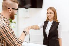Il cliente è soddisfatto con il personale di servizio Immagine Stock Libera da Diritti
