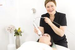 Il cliente femminile ottiene i trattamenti del fronte alla clinica di bellezza Immagine Stock Libera da Diritti
