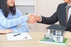 Il cliente o la donna dice sì di firmare il contratto di prestito per l'acquisto della h nuova Fotografia Stock