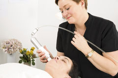 Il cliente ottiene i trattamenti del fronte alla clinica di bellezza Immagine Stock