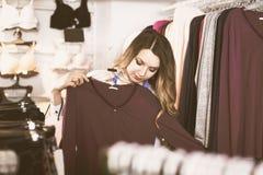 Il cliente sta scegliendo la camicia abbastanza lunga della manica fotografie stock libere da diritti