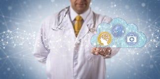 Il clinico attiva i sistemi diagnostici medici aiutati AI immagine stock libera da diritti