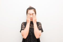Il closing della donna dell'Asia osserva con le sue mani Fotografia Stock Libera da Diritti