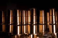 Il CNC ha preparato i dettagli dorati dei tubi per l'acqua, l'olio e lo spazio aereo Fotografia Stock