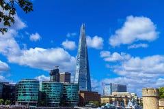 Il coccio che torreggia Londra sul fondo del cielo blu, Regno Unito Fotografie Stock Libere da Diritti