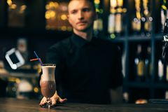 Il cocktail è sul contatore della barra Il barista è su fondo fotografie stock libere da diritti